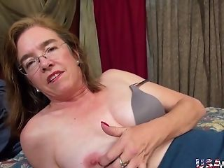 Mature whore wife tries pussy